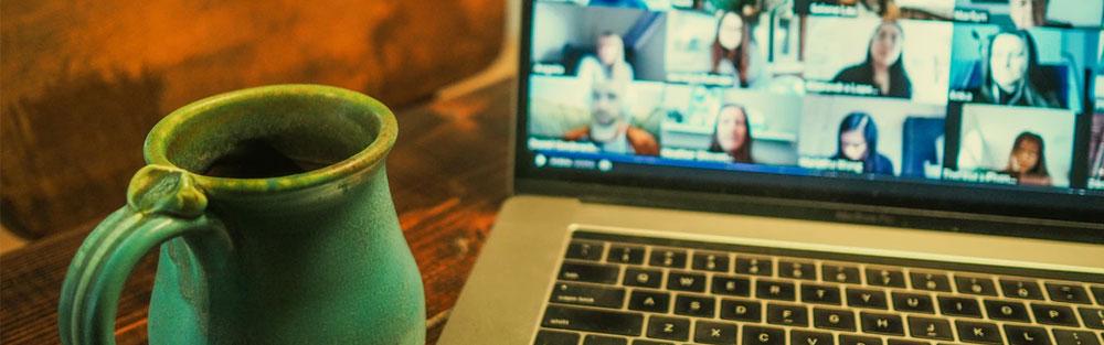 Laptop med ett videomöte